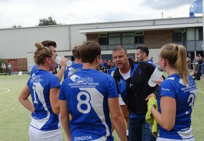 Coach Evert Houtriet geeft in een time-out zijn team instructies